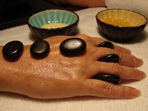 Tratamiento de manicura con piedras calientes