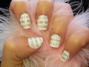 decorado de uñas con estampado de periodico