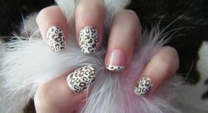 manicura de leopardo con fondo blanco