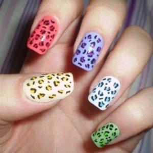 Manicura de leopardo con colores