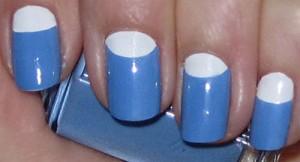 Manicura francesa invertida tono azul