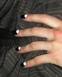 manicura invertida blanco y negro