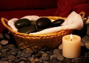 Masaje de manos con piedras calientes