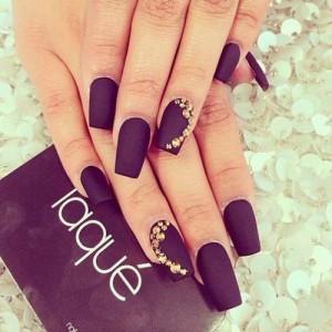 Pegar cristales en las uñas