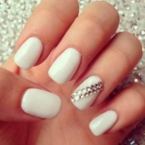 Pegar strass en las uñas